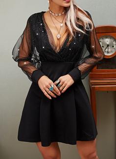 paljetter Solid A-line kjole V-hals Lange ermer Midi Lille svarte Party skater Motekjoler