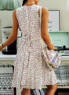 Blomstrete Trykk A-line kjole V-hals Ermeløs Midi Avslappet skater Motekjoler