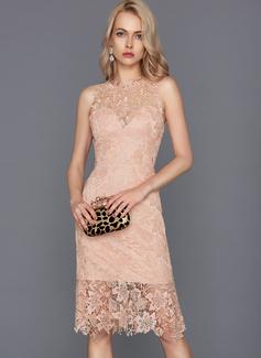 Sheath/Column Scoop Neck Knee-Length Lace Cocktail Dress