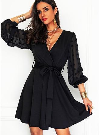 Solid A-line kjole V-hals Lange ermer Midi Lille svarte Party skater Motekjoler